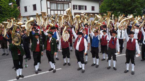 31 Kapellen spielten im Altacher Zentrum gemeinsam und entboten den Zusehern einen Musikantengruß. Egle
