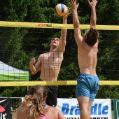Beachvolleyballer im Wettkampf