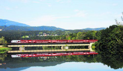 7000 Solarpaneele speisen im weltweit ersten Solarkraftwerk südlich von Wien die gewonnene Energie direkt in die Oberleitung ein. So werden die Züge mit Ökostrom versorgt.