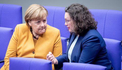 Andrea Nahles (r.) im Gespräch mit Kanzlerin Angela Merkel. Wer Nahles als SPD-Chef nachfolgt, ist noch völlig unklar. apa
