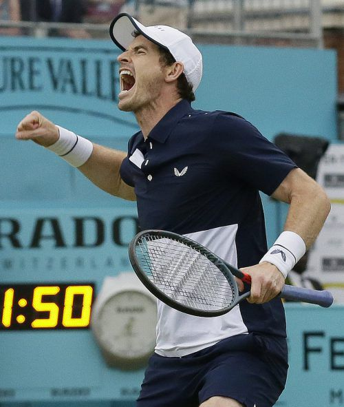 Andy Murray jubelt nach dem Finalsieg im Doppel im Queen's Club. ap
