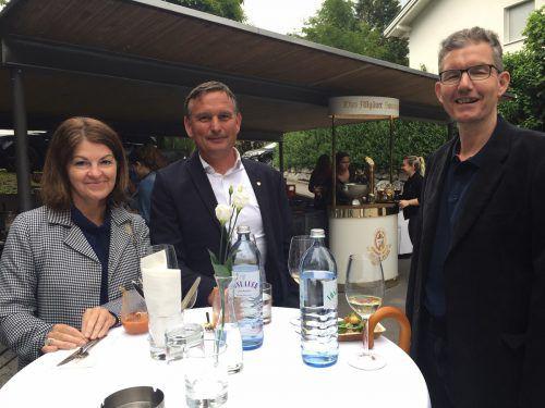 Anita und Klaus Lang mit Bezirksrichter Werner Feurstein (von links).