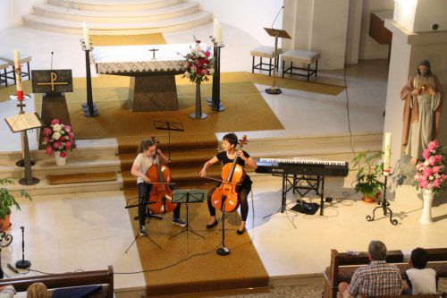Anja Jochum mit Lehrerin Ulrike Mohr im Kloster Gwiggen.