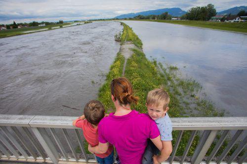 Hochwasser am Rhein in der Realität (l.) und Hochwasserschutz in der Dornbirner Versuchshalle. VN/Steurer, Hartinger