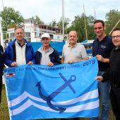 Blauer Anker weht im Lochauer Hafen