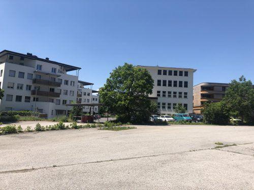 Auf dieser Verkehrsfläche in Götzis fahren in Kürze die Bagger auf. VN/GMS