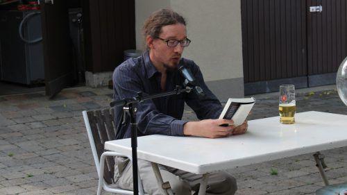 Autor Martin Mucha las im Biergarten des Gasthauses Gemsle. HE