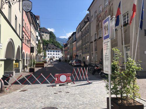 Autos fahren in der Neustadt schon jetzt keine mehr, die letzten Vorbereitungen laufen aber noch. Morgen, Samstag, wird sie offiziell zur Fußgängerzone. VN/Schweigkofler