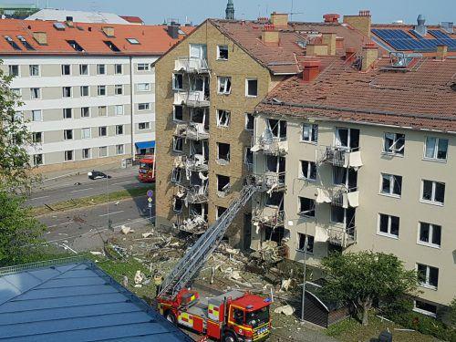 Bei zwei Mehrfamilienhäusern wurden Fensterscheiben und Balkone zerstört. Rts