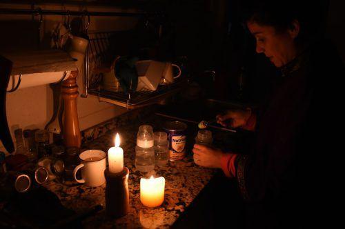 Betroffene in Montevideo behalfen sich mit Kerzen gegen den Blackout. AFP