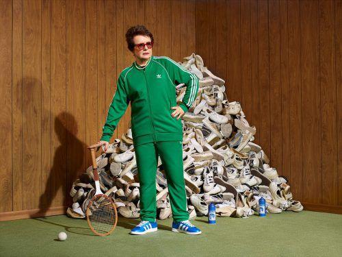 Billie Jean King färbt weiße Turnschuhe blau. Auf die Idee kam die Vorarlbergerin Julia Neumann.VN-sca