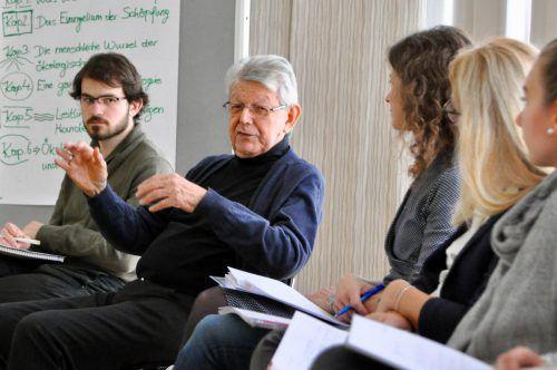 Bischof Erwin Kräutler teilte inmitten der Studenten seine Ansichten. CM