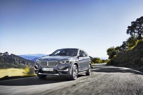 BMW modernisiert im Sommer sein kleines Bestseller-SUV X1. Bei dem kompakten Crossover wächst der Nieren-Kühlergrill, außerdem gibt es ab nächstem Jahr auch erstmals ein Plug-in-Hybridmodell. Es gibt auch neue Aggregate: Zwei neue Diesel mit 116 PS und 231 PS komplettieren die Neuerungsliste desüberarbeiteten Bayern.