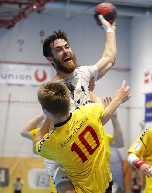 Boris Zivkovic im Duell mit Tobias Auß, den Hardern fehlte es im dritten Spiel der finalen Serie um den Meistertitel an Durchschlagskraft. gepa