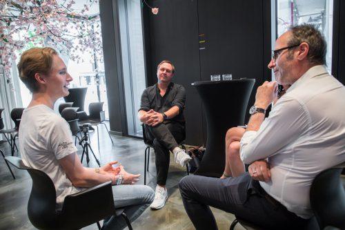Charles Bahr im Gespräch mit Thomas Gschossmann und Jörg Ströhle (r.) von zurgams in der Volksbank am Marktplatz. VN/Steurer