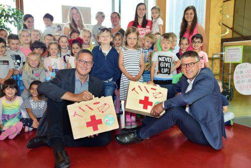 Christian Bernhard (l.) und Manfred Brunner mit den Kindern auf Du und Du.vlk