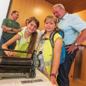 """<p class=""""caption"""">Christine Katscher vom Druckwerk Lustenau verwandelt die Aktionsbühne in eine Druckwerkstatt.</p>"""