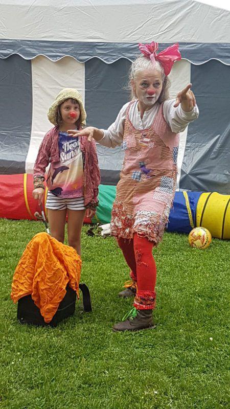 Clownfrau Elke Maria Riedmann tut, was sie am besten kann: Sie bringt Klein und Groß zum Lachen.