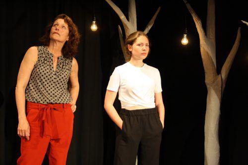 """Daniela Gaets und Henrietta Rauth in """"Zement"""" der Schriftstellerin Carolyn Amann im Kosmodrom in Bregenz.Kosmos"""