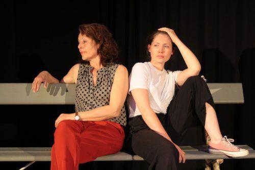 """Daniela Gaets und Henrietta Rauth in """"Zement"""" von Carolyn Amann. kosmos"""