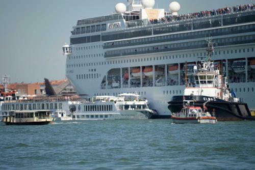 Das Kreuzfahrtschiff ist gegen ein geparktes Boot an der Anlegestelle San Basilio gestoßen. An Bord des Ausflugsschiffs sollen rund 130 Menschen gewesen sein. AP