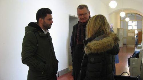 Das Schweizer Ehepaar klagt mit Anwalt (Mitte) am Zivilgericht Feldkirch. Eckert