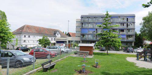 Das Seniorenhaus am See und das einstige Altersheim (links im Bild) bieten Raum für zukunftsfähige Pflege. ajk