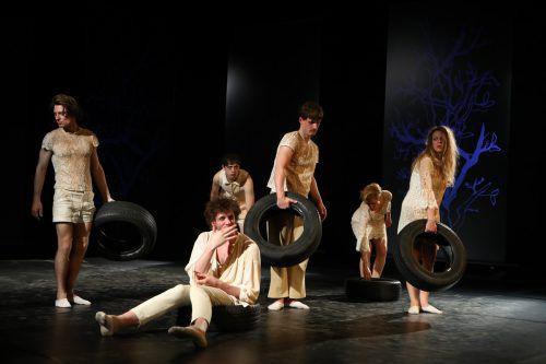 """Das Stück """"Wie geht es weiter - die gelähmte Zivilgesellschaft"""" wurde am gestrigen Dienstagabend vom Aktionstheater Ensemble in Bregenz uraufgeführt. VN/Hartinger"""