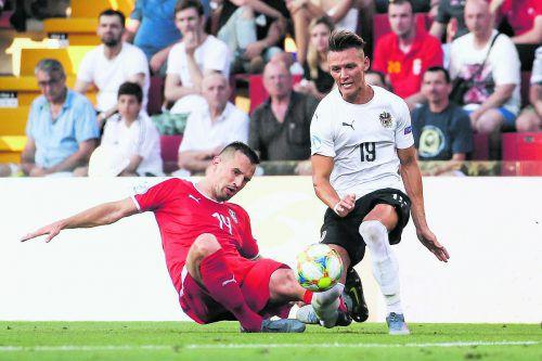 Das verhängnisvolle Foul: Vukasin Jovanovic tritt Hannes Wolf in den Knöchel. gepa