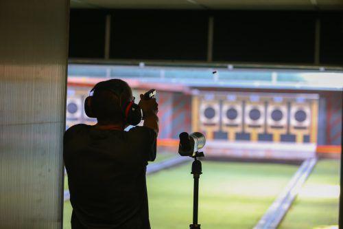 Das Ziel scharf im Visier: Polizeisportler beim Schießwettbewerb im Schützenstand in Koblach. Vn/Hartinger