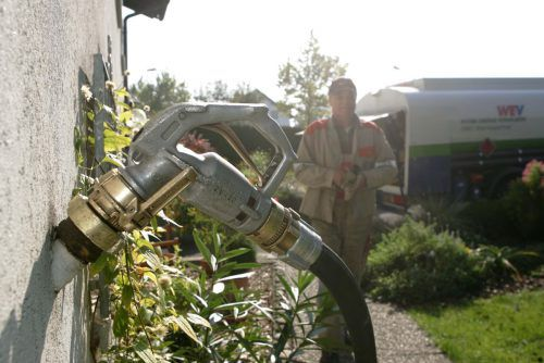 """Dass die Aktion """"Raus aus dem Öl"""" bereits kein Geld mehr zur Verfügung hat, sorgt für Kritik aus dem Land. VN"""