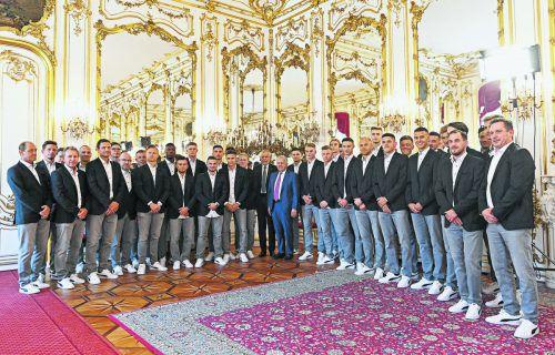 Den grünen Rasen mit dem roten Teppich vertauscht: Österreichs Unter-21-Nationalmannschaft wurde von Bundespräsident Alexander Van der Bellen in der Hofburg zur Europameisterschaft verabschiedet.apa