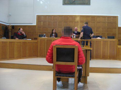 Der 18-Jährige vor Gericht: Nach einer bereits dritten Verhandlung kam es nun zu einem Schuldspruch. eckert