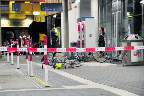 Der abgesperrte Tatort am Bahnhofsvorplatz, auch Polizisten wurden vom Täter angegriffen. liss