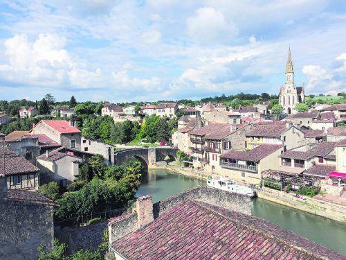 Der Fluss Baïse trennt die Stadt in zwei Teile. Früher lebte hier Heinrich IV.