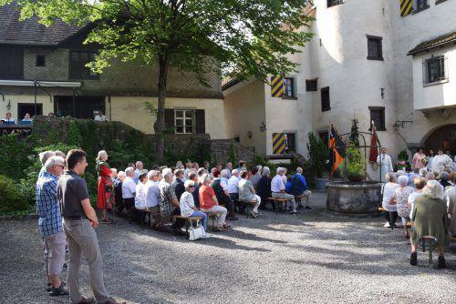 Der Garten des Sonderberg Schlössles bot der Feldmesse einen beeindruckenden Schauplatz. Im Anschluss gab es einen Frühschoppen der Gemeindemusik. Hotz