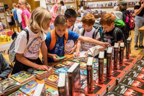 Der große Saal der Kulturbühne Ambach wird zur größten Bücherschau des Landes für Kinder- und Jugendbücher.