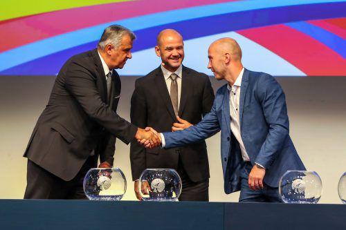 Der Harder Robert Weber mit EHF-Chairman Bozidar Djurkovic (l.) und EHF-Generalsekretär Martin Hausleitner.GEPA