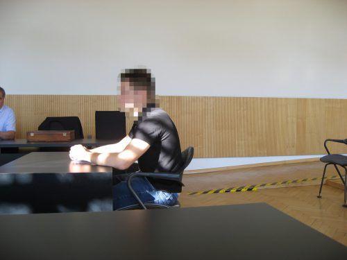 Der junge Angeklagte ist vor Gericht reumütig und geständig. eckert