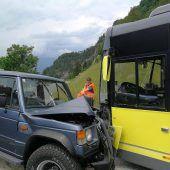 SUV kracht frontal gegen Landbus