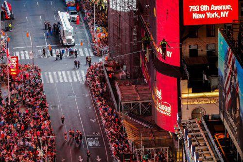 """Der """"Spaziergang"""" wurde von ABC live gestreamt, Tausende Zuschauer beobachteten ihn auf dem Times Square. Reuters"""