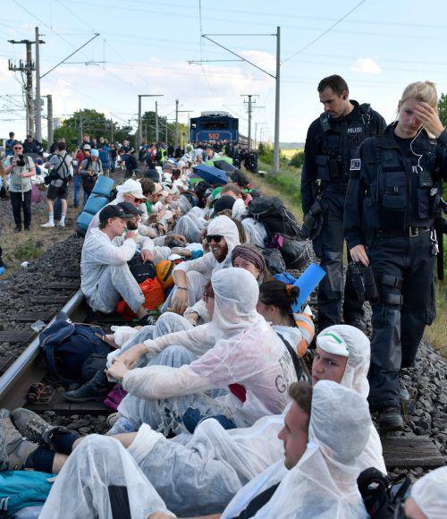 Die Aktivisten blockierten auch Bahngleise für den Kohletransport. afp