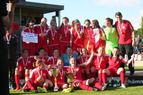 Die Damen des FC Dornbirn sind glücklich über den Finalsieg im VFV-Cup.mima