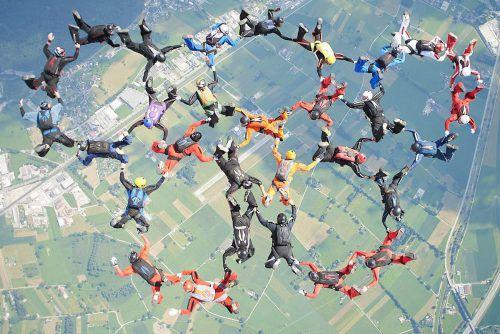 Die Fallschirmspringer stürzen sich aus 4400 Metern Höhe in die Tiefe, um im freien Fall gemeinsam eine Figur zu formen. Veranstalter