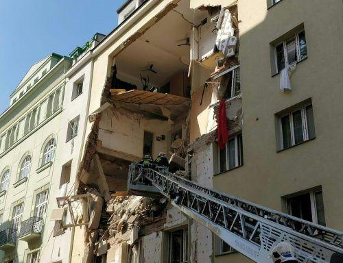 Die Feuerwehr suchte nach Verschütteten. Die Berufsrettung versorgte die Verletzten. Das Gebäude ist einsturzgefährdet.APA