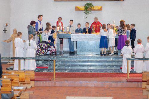 Die Firmlinge mit Bischof Kräutler und Pfarrer Tinkhauser. STO