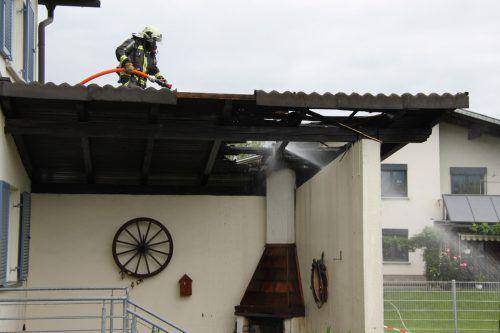 Die Flammen auf dem Holzdach konnten rasch gelöscht werden. VOL.AT/MAYER