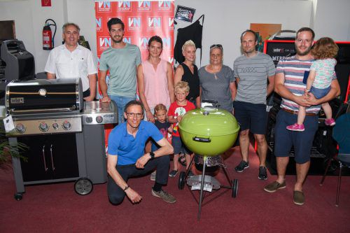 Die glücklichen Gewinner des Grillshop-Gewinnspiels bzw. ihre Vertreter mit Grillshop-CEO Christian Madlener (vorne). VN/Lerch