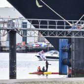 Klima-Aktivisten stoppten Kreuzfahrtschiff in Kiel