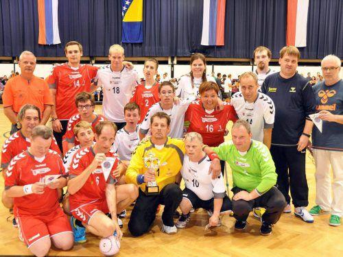 Die Handball Specials laden am Wochenende zum Jubiläumsturnier in Hard ein. Rechts im Bild Obmann Ferdinand Armellini, neben ihm der sportliche Leiter Florian Berndt.